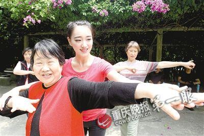 ▲李茂穎教老人們跳舞