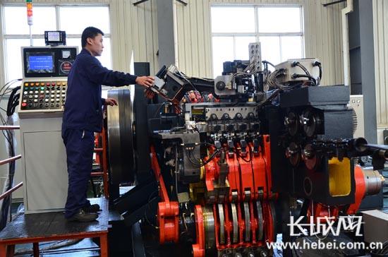 秦皇岛:齐燕数控机床自动化冷镦机下线