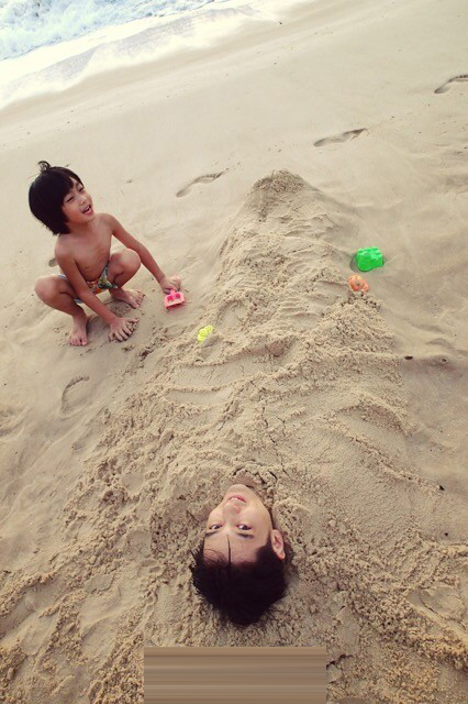 呆萌可爱海边小孩