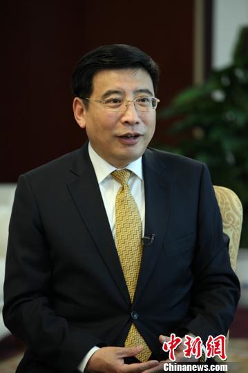 """中国工业和信息化部部长苗圩就""""中国制造2025""""接受采访。 钟欣摄"""