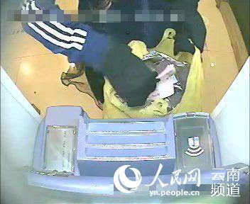 犯罪嫌疑人李某某正在取钱。(监控截图)