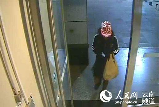 犯罪嫌疑人李某某在银行门口。(监控截图)