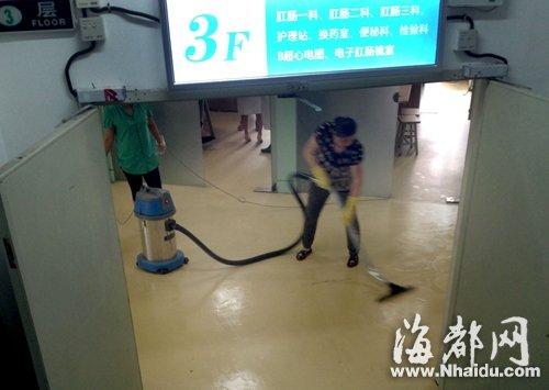 凶案发生在医院三楼,清洁工在清理地面的血迹