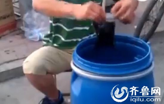 卖药小伙从桶里装药,神医说,称这些珍贵的药材都来自他的老家黑龙江大兴安岭。(视频截图)