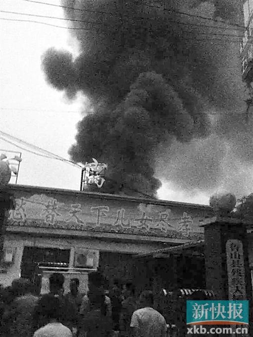 ■25日晚拍攝的火災現場(手機拍攝)。新華社發