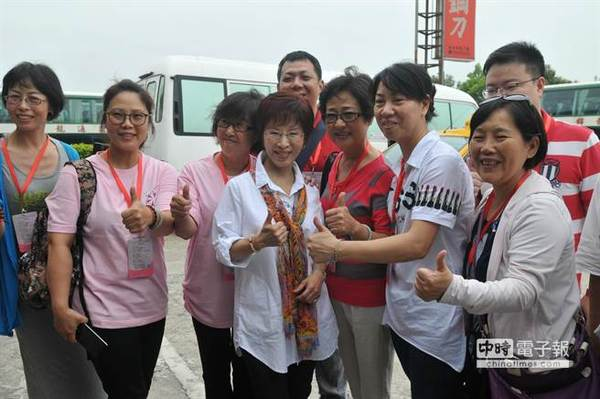 洪秀柱所到之处,民众簇拥欢迎。(图片来源:台湾《中时电子报》)