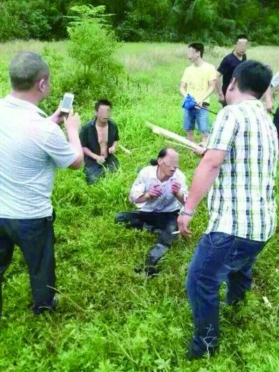 6月11日,株洲醴陵市泉沅村,两名捕蛇男子被误认为是人贩子,遭到村民