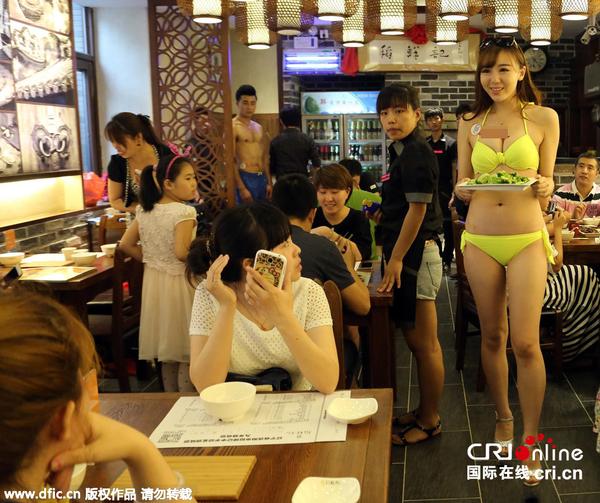 沈阳餐厅开业营销 比基尼美女上菜高清组图