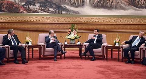 李克强与出席第四届全球智库峰会的外方代表座谈。新华社张铎摄