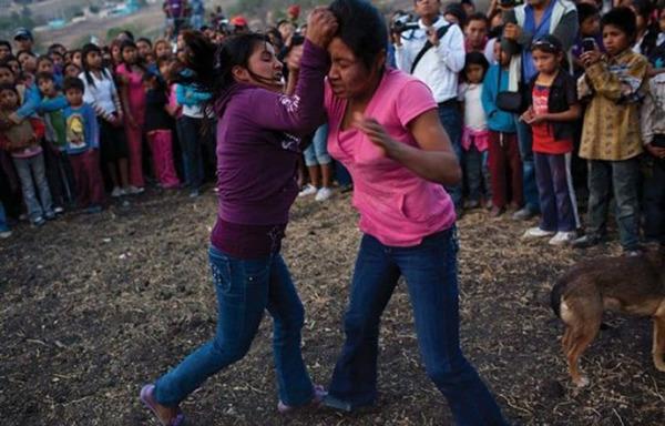 墨西哥小镇求雨仪式:女性互殴流血浇灌土地(组图)