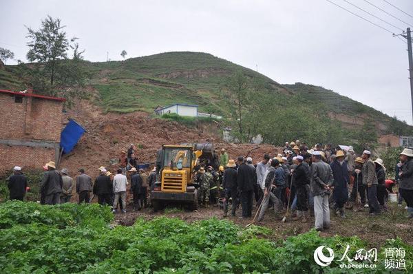 青海大通县山体滑坡掩埋汽车 导致两死一伤图片