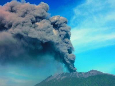 印尼拉翁火山喷发 巴厘岛机场开放一天后再次关闭