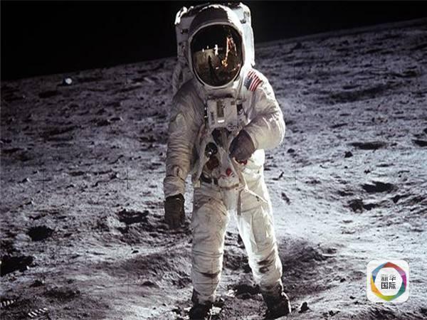 1969年7月20日,阿姆斯特朗登上月球。(图片来源:美国国家航空航天局) 为留住这件颇具历史意义的宇航服,全国航空航天博物馆想出了时下最流行的众筹方式。新华国际客户端获悉,他们打算借助网络众筹平台启动者网站募集50万美元用于宇航服的保护工作,为其打造一个温度可控的展示柜,同时利用3D扫描技术让它实现数字化。 如果一切顺利,全国航空航天博物馆将在2019年、即阿姆斯特朗实现登月50周年之际再次展出这件宇航服。