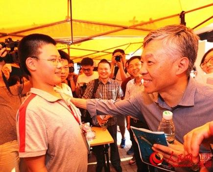 南京大学党委书记张异宾和今年最小新生、年仅14岁的石浩宇交流
