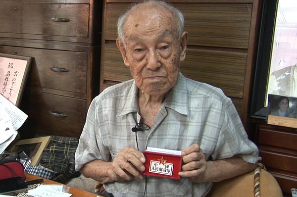 小林宽澄向人民网记者展示中国人民解放军纪念勋章(赵松摄)
