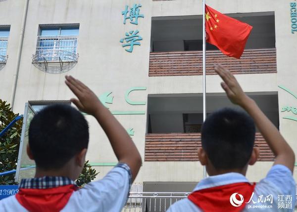 小学生向国旗敬礼.