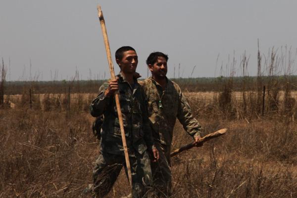 训练过程中,军人们结下战斗友情 澳大利亚陆军陆地系统指挥官保罗麦克拉克伦少将说: 科瓦里联训是一个非常成功的活动,目的是发展信任、合作和友谊。科瓦里为士兵们提供了很好的机会,在共同面对恶劣自然环境的过程中,他们结成了团队。 美国陆军太平洋地区副指挥官托德麦卡弗里少将表示,他与参训美军官兵进行了交谈,所有人都认为信任是这次联训最大的收获。