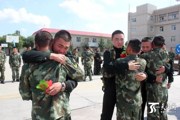 高清:伊犁森警支队退伍老兵启程返乡