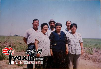和汉族承包户在农田里的合影-阿克苏8位 共和国同龄人 与国旗合影 图片