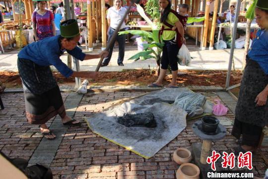 图为文化节现场制作民族手工艺品