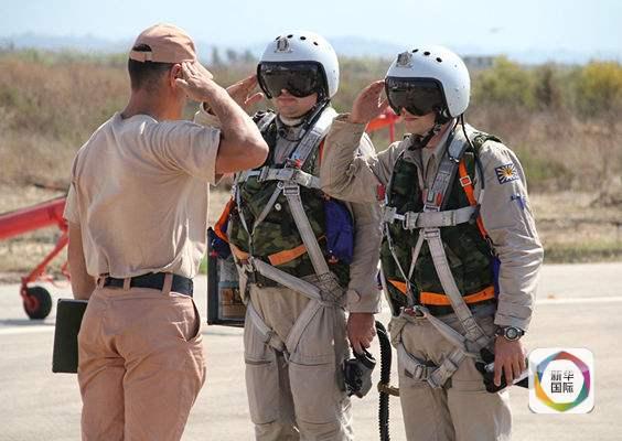 俄罗斯飞行员起飞前和机械师交流