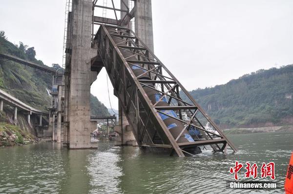 10月6日,重庆市万州区西南科华水泥厂码头发生一首哀剧,厂房至长江码头输送带断裂,事故致9名作业工人失踪入江水中,6人遇难。图为事故现场。 图片来源:CFP视觉中国