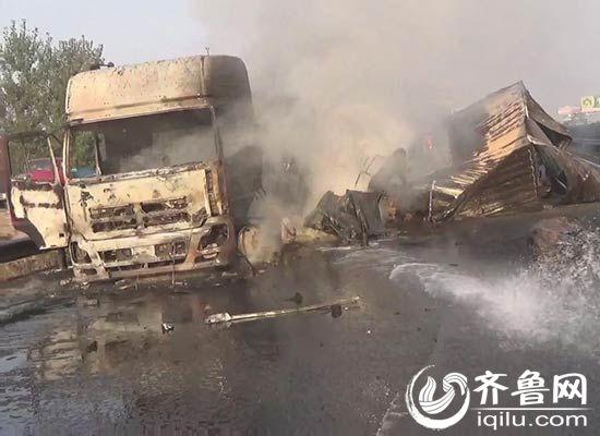 事故现场大货车被烧的只剩骨架
