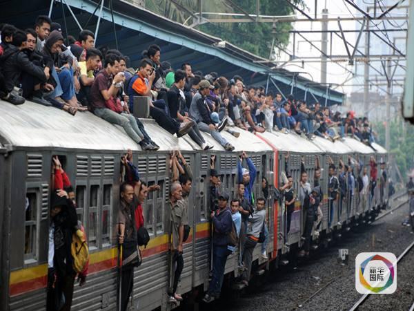双方企业联合体将通力合作,按照印尼政府提出的建设目标,加快推进项目实施,严格工程质量和施工安全管理,努力把雅万高铁建设成为安全优质的精品工程、国际铁路合作的示范工程。 雅万高铁将是印尼首条高速铁路,全长约150公里,最高设计时速300公里,一旦建成将把雅加达和万隆两座城市之间的交通时间从3小时缩短至不到40分钟。 这一项目计划今年11月就开工建设,三年建成通车。