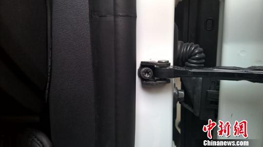 程先生购买的沃尔沃轿车车门上的螺丝有明显被拧动的痕迹。 杨拓 摄