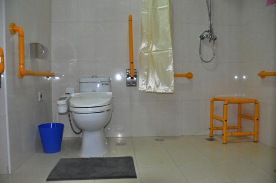 衛生間裡為老人設置瞭各種生活輔助用品。人民網劉蘭 攝