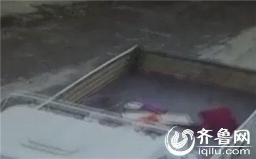 监控显示,搬家的是一辆白色的中型货车,监控中清晰记录下了货车的车型和车牌号。(视频截图)