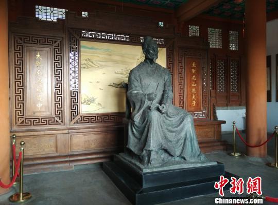 罗贯中纪念馆内的,参加活动人员瞻仰罗贯中塑像。 孙婷婷 摄