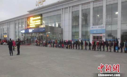 新疆奎屯市首批8000余名拾花工乘坐火车顺利返乡(图)