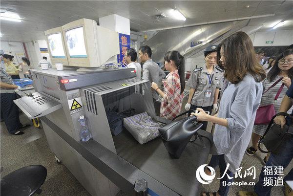 以机器安检代替人工手检 厦门BRT快速公交启动启用安检机图片