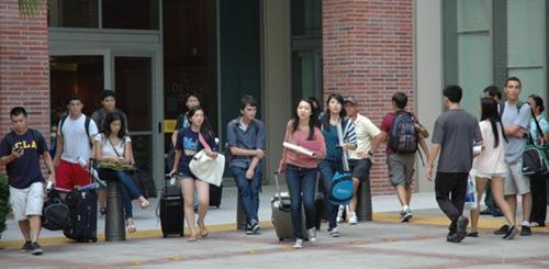 矶加大新鲜人,目前大多数是亚裔和白人面孔.(美国《世界日报》