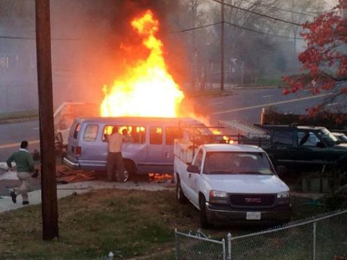 一辆货车撞上小客车后起火,致4人死亡,14人受伤。
