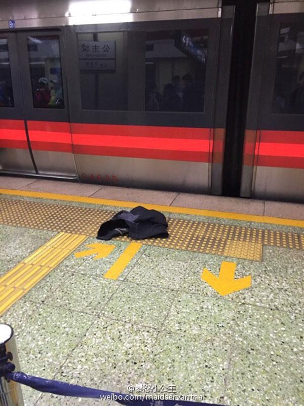 国际在线消息:据北京地铁官方微博报道,19日下午13:14,北京地铁1号线公主坟站(开往苹果园方向)一名乘客进入运营轨道正线,列车紧急制动,工作人员采取接触轨停电措施进行处理,13:26该乘客被救上站台,13:27接触轨恢复送电,运营秩序逐步恢复。