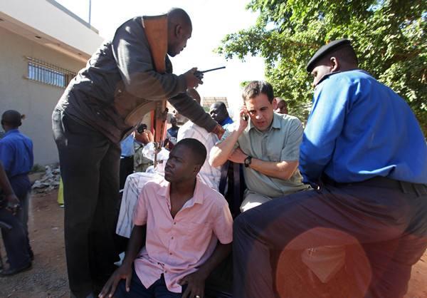 马里安全部队准备运送一名获救人质离开酒店。(图片来源:新华社/法新社)