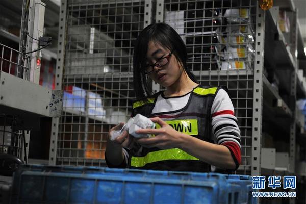 新华社照片,北京,2015年12月8日 北京:医药流通企业借互联网+实现产业升级 12月8日,一名员工正在进行药品拆零复核打包。北京九州通医药有限公司利用互联网和信息化技术,将外部需求信息与内部物流操作相结合,研发出LMIS物流管理系统、WCS设备控制系统、EWCS立体仓库控制系统、TMS车辆管理系统等九项自主创新技术,实现药品批发、物流配送、医药电子商务的智慧化操作。企业同时拥有互联网药品交易资格认证,建立起覆盖华北及内蒙地区的医药营销和物流配送网络。新华社记者 高健钧 摄