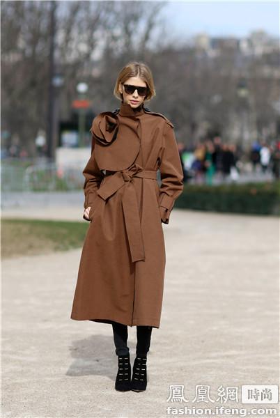 硬朗军装风的驼色系带大衣非常容易搭配