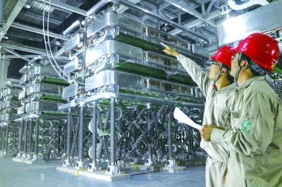 國網福建電科院調試人員在廈門柔直工程鷺島換流站級1閥廳檢查確認帶電啟動條件