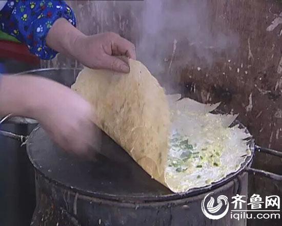 靠着沂蒙煎饼,深山内的油篓村家家年入几十万(视频截图)