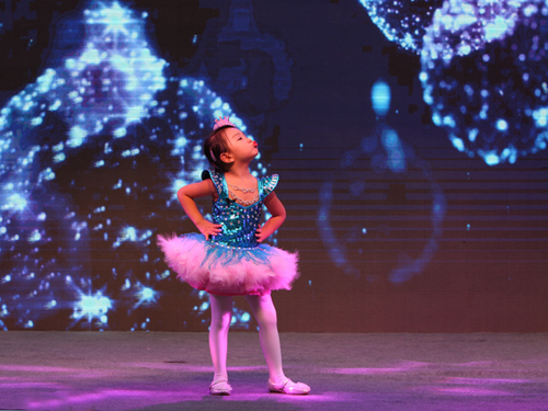 但已经在舞台上表演得游刃有余,只要李美妙一上台,活泼可爱的童趣便会