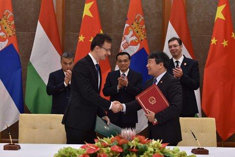 """11月24日下午,第四次中国-中东欧国家领导人会晤后,李克强总理和匈牙利、塞尔维亚两国总理共同见证16+1合作""""旗舰项目""""匈塞铁路两个合作文件签署。"""