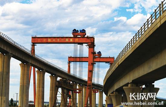津保铁路建设中桥梁建造.(由北京铁路局供图)