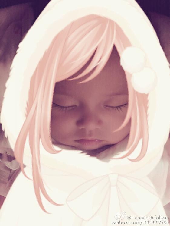 ,照片中小公举被PS上了长长的粉色头发,天生的眼睫毛更是长到