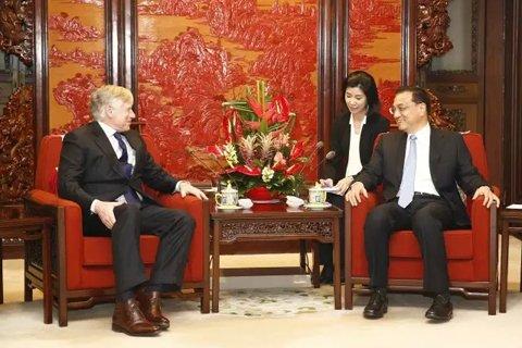 国务院总理李克强6日下午在中南海紫光阁会见美国哥伦比亚大学校长、法学教授布林格。图/中新社