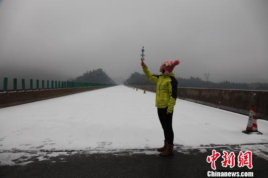 广东气象工作组深入粤北冰雪山区提供气象保障
