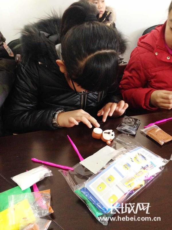 小朋友们展示自己的黏土作品。 长城网秦皇岛1月27日讯(记者 祖迪 通讯员 张洪杰) 1月27日上午,秦皇岛市红光北里社区为正在放寒假的小朋友们开设了一场趣味手工黏土课,30多名同学和他们的家长一同参加了这次活动。 活动中,志愿者老师向大家展示了自己制作的猴年吉祥物和玫瑰花等黏土作品。随后,他开始讲解如何用超轻粘土捏出自己的作品。孩子们围在老师身边目不转睛地看着、学着,一个个栩栩如生、充满创意的黏土作品,在他们的小手中渐渐呈现出来。 此次创意黏土制作活动,让小朋友们感受到了把玩泥土的那份童真与乐趣,不仅