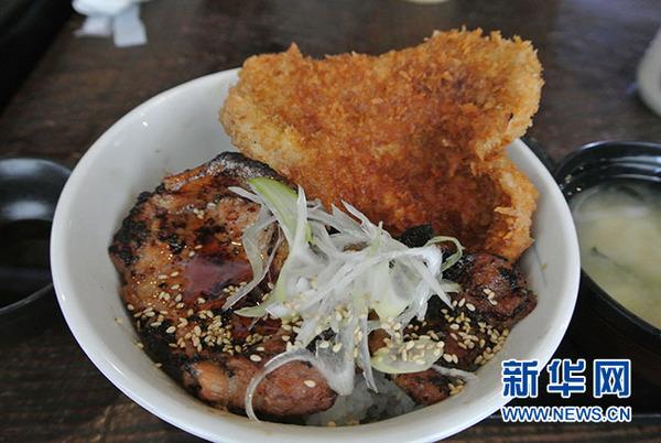 草鞋炸豬排飯(方藝曉攝)